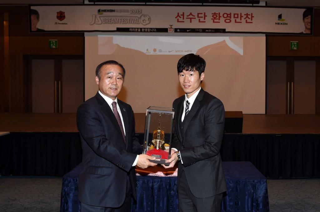 박지성 재단 유소년 축구대회 축하 기념품 전달(완쪽 최양식 경주시장, 오른쪽 박지성 이사장)