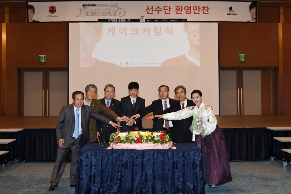 박지성 재단 유소년 축구대회 축하 케이크 절단(가운데 박지성 이사장, 오른쪽 다섯번째 최양식 경주시장)