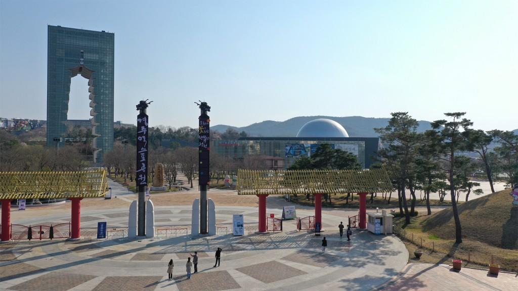 국내 코로나19 확진자 증가세가 둔화되는 가운데 경주엑스포공원을 찾는 관광객의 발길이 이어지고 있다.-1